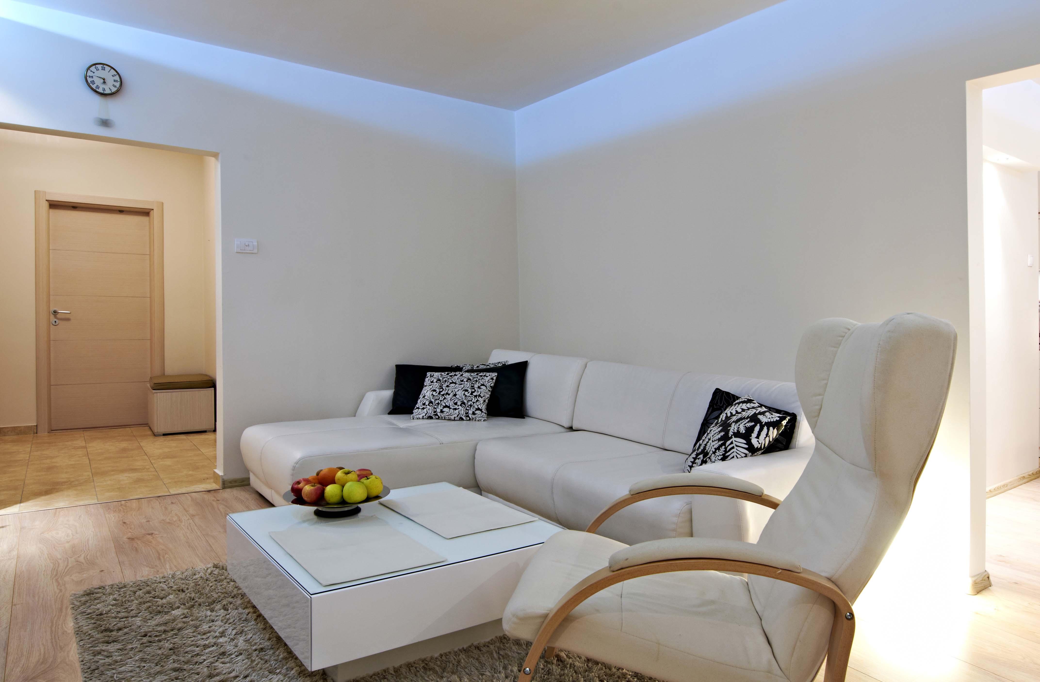 saln con tira de led iluminado la pared - Iluminacion Led Salon