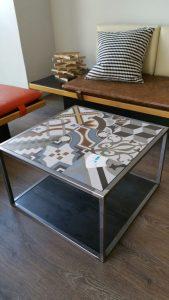 Aquí te mostramos otra forma de decorar con baldosa hidráulica de imitación. En este caso se fabricó una mesa de centro con hierro y se adaptó al tamaño de las baldosas.
